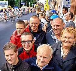 Gunther Van Twembeke en zoon Maico genoten samen met Jurgen en Glenda Steurbaut en broers Albert en Patrick De Smaele en vrouw Raymonda van een onvergetelijke kermis- en wielerdag. David Stockman