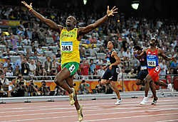 Usain Bolt haalt met ruime voorsprong het goud binnen. Churandy Martina (r.) en Wallace Spearmon finishen tweede en derde, maar worden later gediskwalificeerd omdat ze buiten hun baan liepen.ap<br>