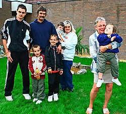 Betty De Brabanter neemt het op voor Kiano (op de arm), die wordt omringd door moeder Petra Van Den Broeck, vader Johan Proost en broers Dimitri (17), Fabio (8), Lorenzo (5) en Thibo (2). Koen Merens