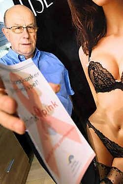 Burgemeester Herman De Loor maakt er een erezaak van om de actie Think Pink met alle middelen te steunen: 'Het is de bedoeling om Zottegem in oktober roze te kleuren.' David Stockman