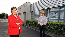 Ingrid Deherder van de ontwikkelingsmaatschappij en Jan Langemakers van Aams bij een van de modules: 'Hier vonden we een ruimte die voldeed aan onze eisen en waarvan de huurprijs betaalbaar was.' mme