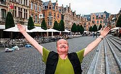 De Leuvense levende legende Big Bill op 'zijn' Oude Markt. ' Omdat de markt en de terrassen allemaal hetzelfde zijn, is een deel van de charme verloren.'