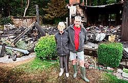 Frans Klassen redde zijn vrouw <br>Bertha Nijst dinsdagnacht uit hun brandende chalet.<br>Yorick Jansens