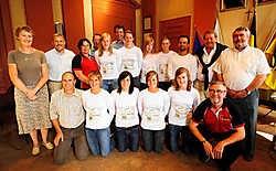 Waarnemend burgemeester Jan Vermeulen (midden achteraan) en schepen van Sport Norbert De Mey (tweede van links achteraan) ontvingen de ropeskippers op het stadhuis. Florian Van Eenoo