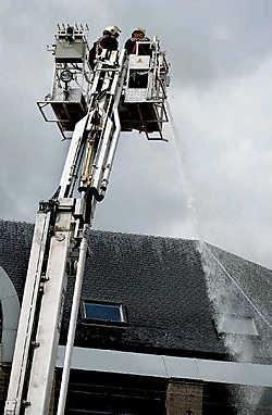De brandweer spoot water op het politiecommissariaat om waterlekken op te sporen. Paul De Malssche<br>