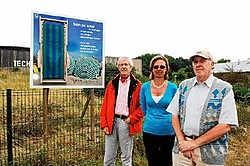Will Vansteene, Mieke Declercq en Willy Viane tonen trots een van de vele poëziepunten in De Panne. Isabelle VanhasseI<br>