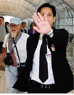 Gary Glitter op de luchthaven van Bangkok, waar hij gisterochtend nog altijd zat. 's Avonds mocht hij ook Hongkong niet in.reuters<br>
