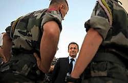 De Franse president Nicolas Sarkozy kwam gistermorgen in Kabul aan om er hulde te brengen aan de tien gesneuvelde Franse soldaten. reuters<br>
