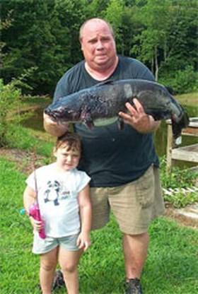 Man vangt vis van 10 kilo met Barbiespeeltje
