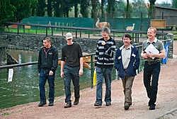 Uitbater Marnick Goossens leidt GAIA-voorzitter Michel Vandenbosch rond in het dierenpark.