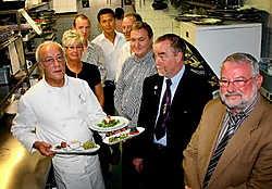 Chef-kok Francis Vande Langeryt van restaurant De Sieghel presenteerde tijdens de voorstelling gisteren alvast enkele streekgerechtjes.Koen Fasseur<br>