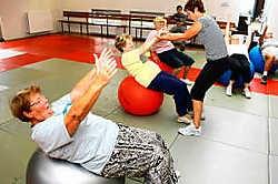 De senioren geven het beste van zichzelf op de fitbal tijdens de sportdag.Koen Merens