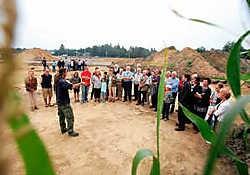 De archeologen leidden gisteren honderd geïnteresseerden rond op het terrein naast de Supra Bazar. Grégoire De Poorter