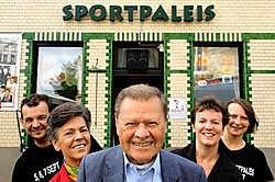Eric Ronsse (van links naar rechts), Ines Decabooter, Tuur Decabooter, Kristel Ronsse en Kim De Jaeghere: 'Er gaat geen dag voorbij dat er in het café niet naar Tuur gevraagd wordt.'<br>David Stockman