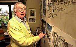 Paul Degueldre in 2003, tussen zijn tekeningen en schetsen die overal in huis aanwezig waren. Yvan De Saedeleer<br>