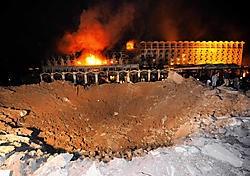 De bom sloeg een enorme krater aan de voorkant van het Marriott-hotel.afp<br>