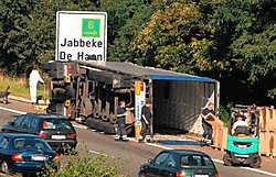 Een van de oorzaken van de lange file was het overladen van de lading papier uit de gekantelde vrachtwagen.Michel Vanneuville