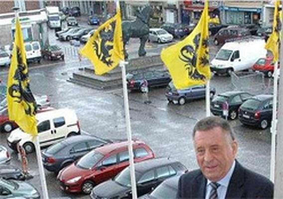 Waalse vlag naast Vlaamse Leeuw in Lennik