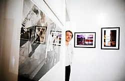 Dries Roelens tussen de foto's in zijn galerie.Wim Kempenaers <br>