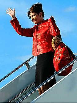 De dure garderobe zal Palins zorgvuldig opgebouwde imago van eenvoudige huismoeder schaden, vrezen sommige Republikeinen. Hoe kan Palin nu nog geloofwaardig van leer trekken tegen de 'liberal elite'?ap<br>