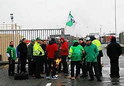 De werknemers blokkeren de toegang tot de LNG-terminal van Fluxys om hun looneisen kracht bij te zetten. Norbert Minne<br>