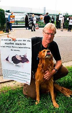 De Anti Dierproeven Coalitie voert al meer dan een jaar maandelijks actie tegen de dierproeven bij Philip Morris. Hier krijgen ze de steun van acteur Pol Goossens en zijn hond Wap.Johan Van Cutsem