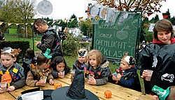 In het openluchtklasje, met grote tafels en een schoolbord, kunnen zestien kindjes tegelijk les volgen.<br>Paul De Malsche