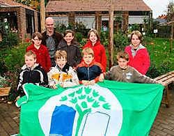Directeur Jan Dedrie en de leerlingen organiseren het hele jaar door kleine acties die het milieu ten goede komen. Bart Vandenbroucke