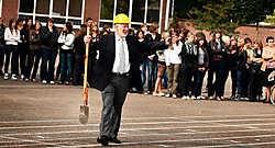 Directeur Ludo Appeltans en de leerlingen hielden een ludieke actie om de uitbreiding met een nieuwbouw te vieren. Yorick Jansens<br>