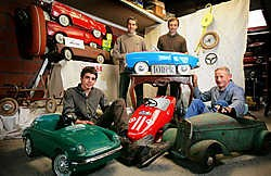 Kleinzonen Bert en Ward, vader Geert en grootvader Jozef Van Assche verzamelen en restaureren oude trapauto's. Gregoire De Poorter<br>