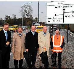 De nieuwe signalisatieborden worden voorgesteld door burgemeester Moenaert (tweede van rechts).Michel Vanneuville<br>