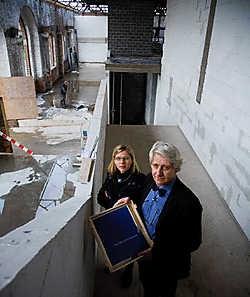 Piet Stockmans met zijn dochter Widukind in het magazijngebouw van C-Mine: 'Kinderen van nu denken zelfs dat kroketten en spaghetti aan de bomen groeien.'<br>Mine Dalemans
