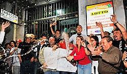 Vreugde bij de krantenkiosk 'Giunta' in Catania nu iemand 100 miljoen euro heeft gewonnen. Maar het aantal armen in Italië stijgt snel. epa<br>