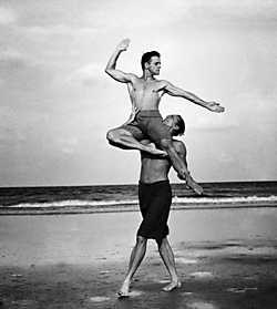 De dansers Mikhail Baryshnikov en Rob Besserer op Cumberland Island, Georgia, 1990.Annie Leibovitz/Contact Press Im<br>