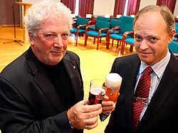 Wetenschapper Willy Decuyper en geuzebrouwer Frank Boon kregen beiden het ereplakket van de stad Halle.Yvan De Saedeleer