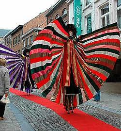 Ambiorix en een Romein verwelkomden de shoppers. Gert Devocht<br>Steltenlopers brachten spektakel in de binnenstad. Gert Devocht