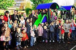 De kinderen van wijk Torenhof kunnen vanaf nu ravotten op een speciaal daarvoor aangelegd pleintje.Florian Van Eenoo<br>