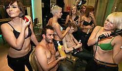 De kappers en kapsters van 'De Cliént' nemen het vanavond in 'De Naaktkalender' op één op tegen de Antwerpse Snorrenclub. Frederiek Vande Velde<br>