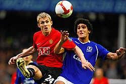 De Engelse pers vond de prestatie van Marouane Fellaini (r. in duel met Darren Fletcher) tegen Manchester United niet slecht, aangezien hij 'ondanks zijn gebrek aan fysieke gestalte' goed had standgehouden op het middenveld.reuters<br>