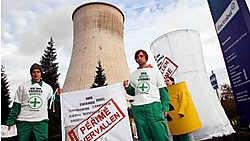 Eind dit jaar zal zo'n 5,2 miljard euro opzijgezet zijn voor de ontmanteling van de kerncentrales (foto: een actie van Greenpeace voor de centrale van Tihange in oktober 2006). belga<br>
