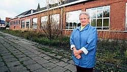 Rosa De Decker-Poppe of 'juffrouw Poppe' voor 'haar' vervallen schooltje: 'Mijn hart bloedt als ik eraan denk dat het gesloopt wordt.'<br> Michel Moens