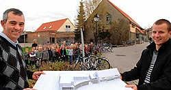 Directeur Rudy Dejonghe (links) van de school De Smalle in Koolkerke is tevreden met het toekomstige nieuwe gebouw. Michel Vanneuville<br>