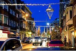 De kerstverlichting werd door specialisten aangebracht. Pas op 5 december gaan de lichtjes aan. Stefaan Beel