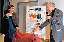 Burgemeester Yolande Avontroodt (Open VLD), haar partijgenoot en schepen Olivier Verhulst en voorzitter van de kmo-raad Luc Vrelust bij de voorstelling van het cadeaucheque-project.