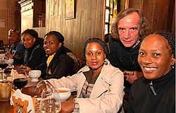 Organisator Jo Van Driessche met de groep 'Zuiderwind' uit Zuid-Afrika. Michel Vanneuville<br>