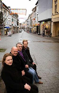 Françoise Steyt, Yvon Vanden Abeele, Hans Carrein en Hans Vermeersch van Handelsdistrict stellen hun eerste acties voor om van kortrijk een winkelstad te maken.Patrick Holderbeke