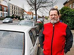 Lee Croes op de Vilvoordelaan: 'Mensen die dagen of zelfs weken met vakantie zijn, laten hun wagen achter in onze straat.' Koen Merens