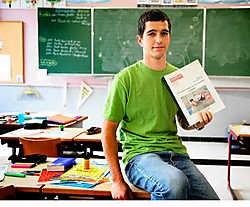 Willem D'Hoop met zijn bekroond eindwerk: 'Af en toe demonstreer ik eens mijn jongleertechnieken voor de klas.' Grégoire De Poorter