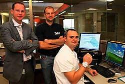 Christophe Mouton, Norman Cleenewerck en Eddy Delporte met een tag voor het scherm waar de route van de patiënten gevolgd kan worden. Bart Vandenbroucke<br>