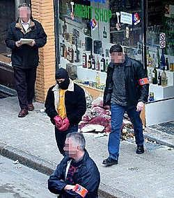 Een beeld van de reconstructie van de roofmoord in 2003 op de uitbater van een nachtwinkel in de Kammenstraat. Bayram Ozturk, die vorig al bij verstek werd veroordeeld en maandag op het assisenproces wordt verwacht maar spoorloos is, zou daarbij het wapen